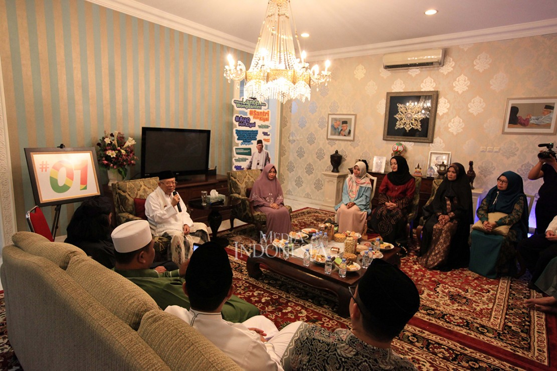 Di hari yang sama, Ma'ruf Amin juga menerima kunjungan sejumlah Dai di Kediaman Situbondo, Menteng.