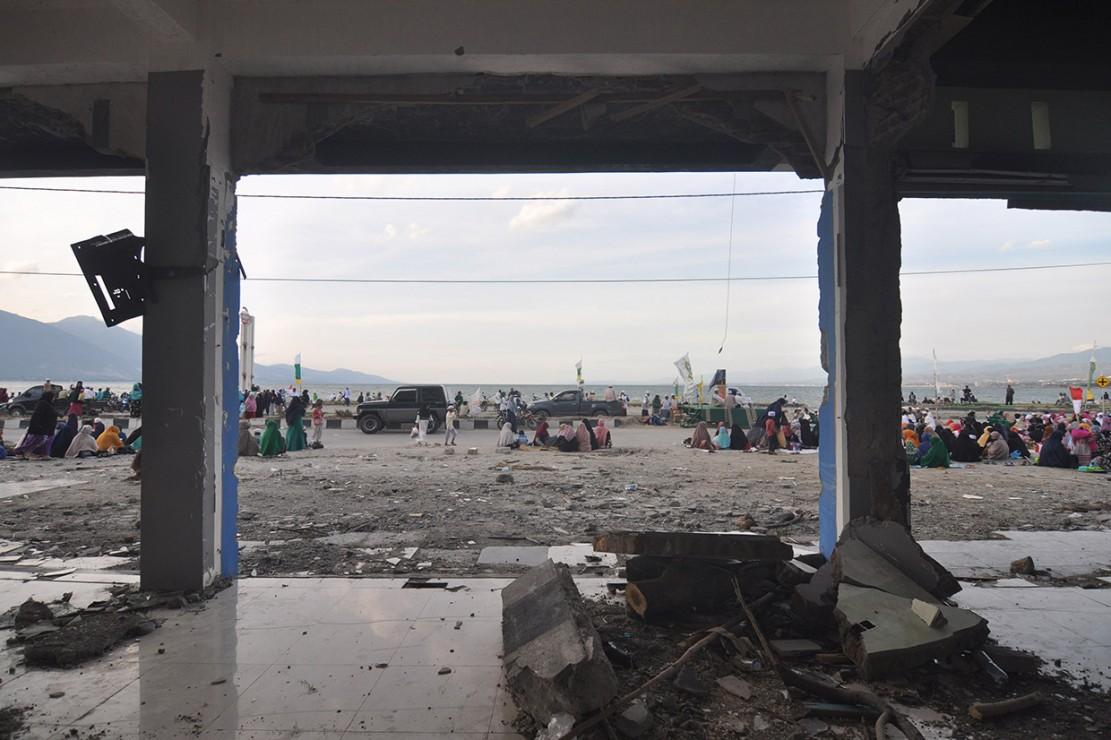 Sejumlah umat muslim bersiap mengikuti zikir bersama di lokasi bekas gelombang tsunami di Pantai Talise, Palu, Sulawesi Tengah. Antara Foto/Mohamad Hamzah