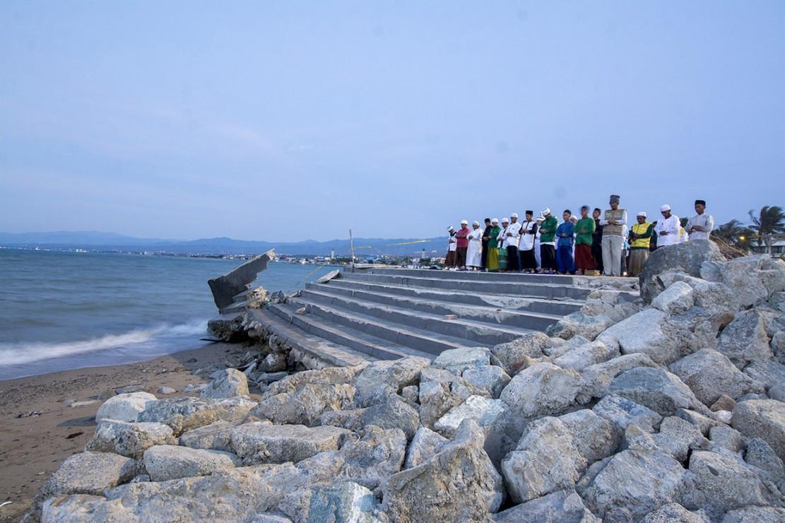 Sejumlah umat Muslim melaksanakan salat magrib yang dilanjutkan dengan zikir di Anjungan Pantai Talise Palu, Sulawesi Tengah. Antara Foto/Basri Marzuki