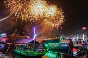 Pesta kembang api memeriahkan pergantian tahun baru di beach pool, Ancol, Jakarta.