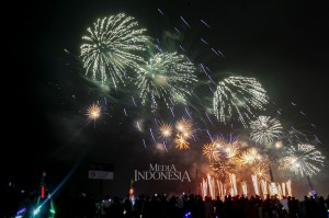 Ribuan warga berkumpul sejak sore hari untuk menyaksikan pesta kembang api yang berlangsung selama 13 menit tersebut.