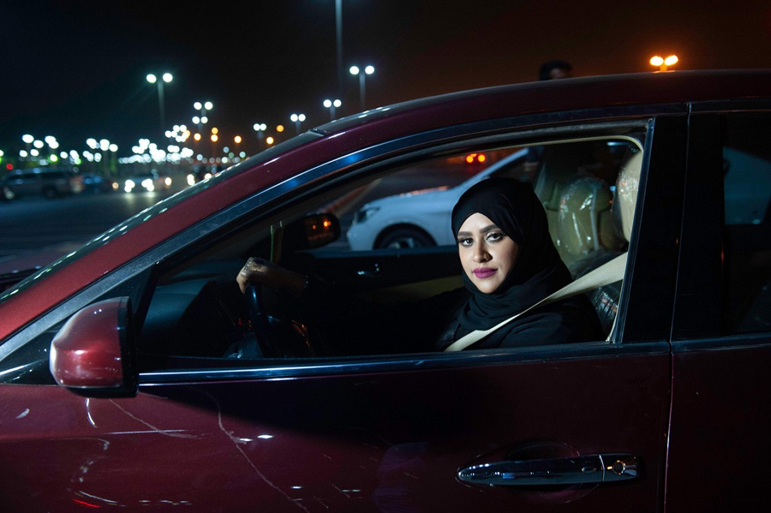 Kaum perempuan Arab Saudi menyusuri jalan-jalan dengan mobil mereka pada Minggu, 24 Juni 2018 pagi, menandai akhir larangan mengemudi bagi perempuan. Sebagai informasi, di dunia, larangan mengemudi bagi perempuan hanya berlaku di Arab Saudi. Dua bulan sebelumnya bioskop pertama di Arab Saudi resmi beroperasi. Afp Photo/Hussain Radwan