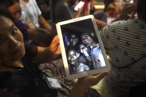 Sudah lebih dari seminggu proses evakuasi atas kedua belas anak laki-laki dan pelatih tim sepak bola yang terjebak di salah satu gua di Thailand terus dilakukan. Setelah ditemukan selamat, operasi penyelamatan besar-besaran yang melibatkan Angkatan Laut dan Udara Thailand akhirnya menemukan mereka jauh di dalam gua. Afp Photo/Lilian Suwanrumpha