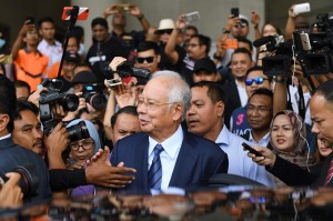 Najib Razak kembali menghadapi dakwaan kasus skandal 1MDB di Pengadilan Kuala Lumpur, Kamis, 20 September 2018.  Mantan PM Malaysia ini didakwa merugikan negara sebesar RM 2,3 miliar atau sekitar Rp 8 triliun. Sementara istrinya, Rosmah, didakwa untuk 17 kasus termasuk pencucian uang dengan nilai kerugian sekitar Rp 26 miliar. Afp Photo/Mohd Rasfan