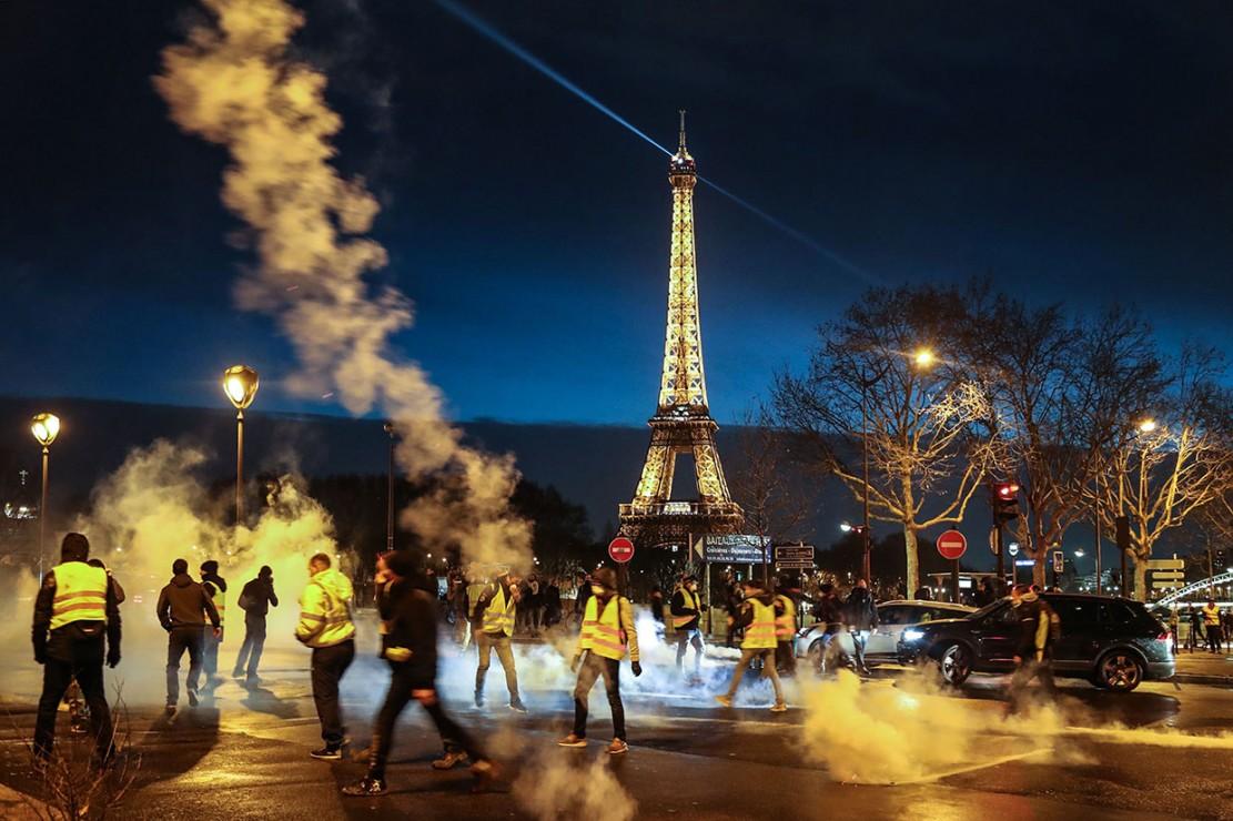 Sejak 17 November 2018, ribuan pemrotes yang mengenakan rompi kuning  telah berkumpul di kota besar utama Prancis termasuk Paris untuk memprotes kebijakan kontroversial Presiden Emmanuel Macron, yaitu kenaikan pajak bahan bakar dan situasi ekonomi yang memburuk. Kementerian Dalam Negeri Prancis menyatakan jumlah pemrotes yang ikut dalam proses Rompi Kuning di seluruh negeri sebanyak 136.000 orang. 1.220 orang ditangkap selama demonstrasi itu. Afp Photo/Zakaria Abdelkafi
