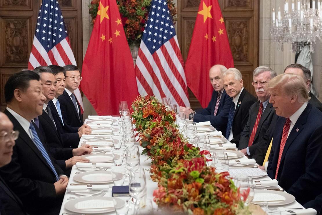 Presiden AS Donald Trump bertemu dengan Presiden Tiongkok Xi Jinping di akhir KTT Pemimpin G20 di Buenos Aires, Sabtu, 1 Desember 2018. Dalam pertemuan tersebut AS sepakat mempertahankan tarif pada impor Tiongkok senilai US$ 200 miliar pada level 10 persen hingga awal Januari 2019, dan setuju untuk tidak menaikkannya menjadi 25 persen untuk saat ini. AS dan Tiongkok juga memutuskan tidak memberlakukan tarif baru atas produk lain. Afp Photo/Saul Loeb