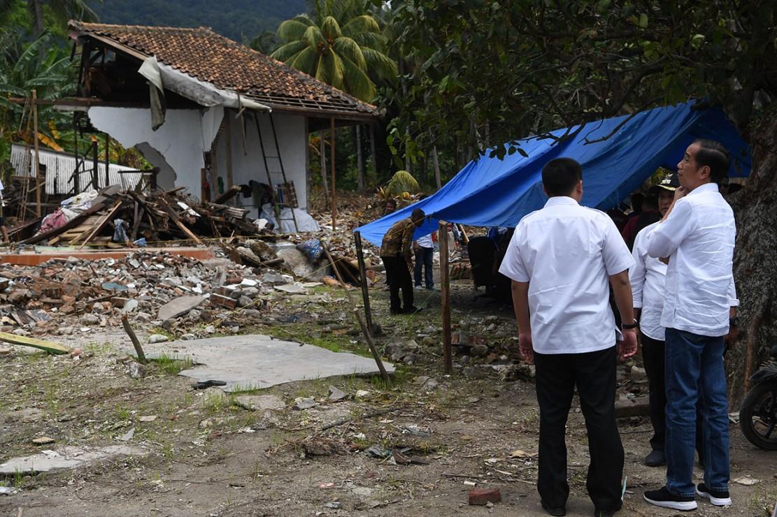Dalam kunjungan kerjanya, presiden meninjau lokasi terdampak tsunami Selat Sunda serta mengunjungi pengungsi.