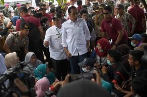 Presiden Joko Widodo berdialog dengan warga ketika mengunjungi lokasi terdampak tsunami Selat Sunda di Desa Kunjir, Rajabasa Lampung Selatan, Lampung.