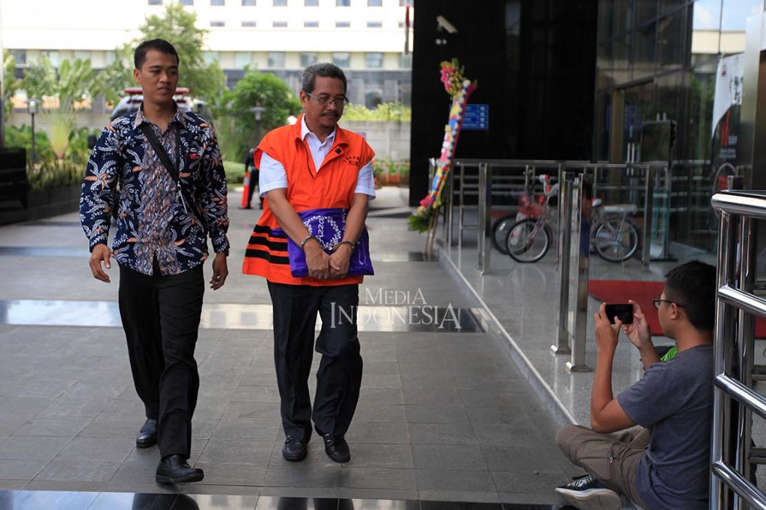 Tersangka kasus dugaan korupsi proyek pembangunan gedung kampus Institut Pemerintahan Dalam Negeri (IPDN) Riau Bambang Mustaqim diborgol saat akan menjalani pemeriksaan di Gedung KPK, Jakarta.