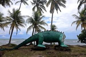 Keramaian berubah menjadi kesunyian. Tsunami mengubah tawa menjadi tangis. Pantai di kawasan Cinangka, Serang, Banten menjadi sepi. Terlihat patung dinosaurus yang rusak akibat dihempas tsunami.