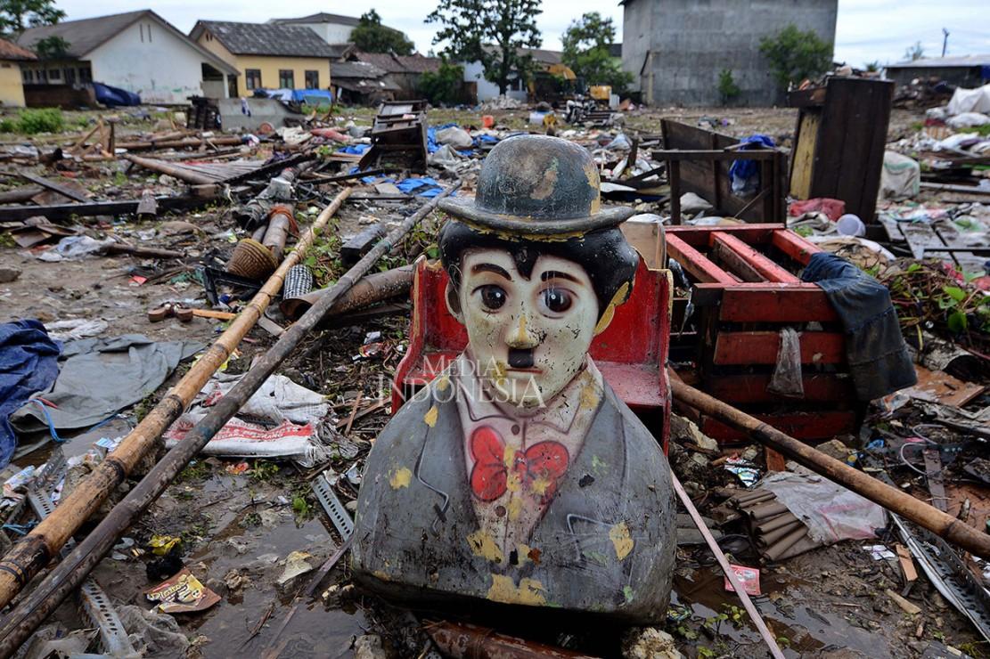 Wahana permainan bergambar Charlie Chaplin di kawasan Sumur, Pandeglang, Banten. Canda dan tawa tak ubahnya halusinasi, semua menjadi sirna tatkala ombak berkekuatan maha dahsyat menerjang apapun yang ada di hadapannya.
