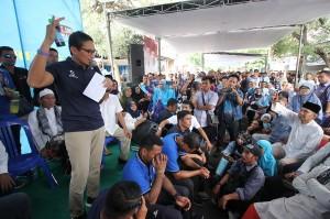 Calon Wakil Presiden nomor urut 02 Sandiaga Salahuddin Uno (kiri) berdialog dengan warga di sela-sela acara peresmian Rumah Kemaslahatan Indonesia di Surabaya, Jawa Timur.