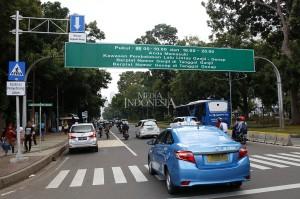 Kendaraan memasuki kawasan pembatasan lalu lintas ganjil-genap di Jalan Medan Merdeka Barat, Jakarta.