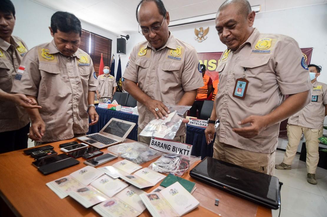 Delapan WNA itu ditangkap pada 26 hingga 31 Desember 2018 di dua tempat berbeda. Dua orang diamankan di Apartemen Buah Batu Park dan enam lainnya di Apartemen Newton, Bandung. Setelah didalami, diketahui masa berlaku izin tinggal mereka telah habis lebih dari 60 hari dari batas waktu yang ditentukan. Beberapa paspor mereka ditemukan telah sengaja disobek.
