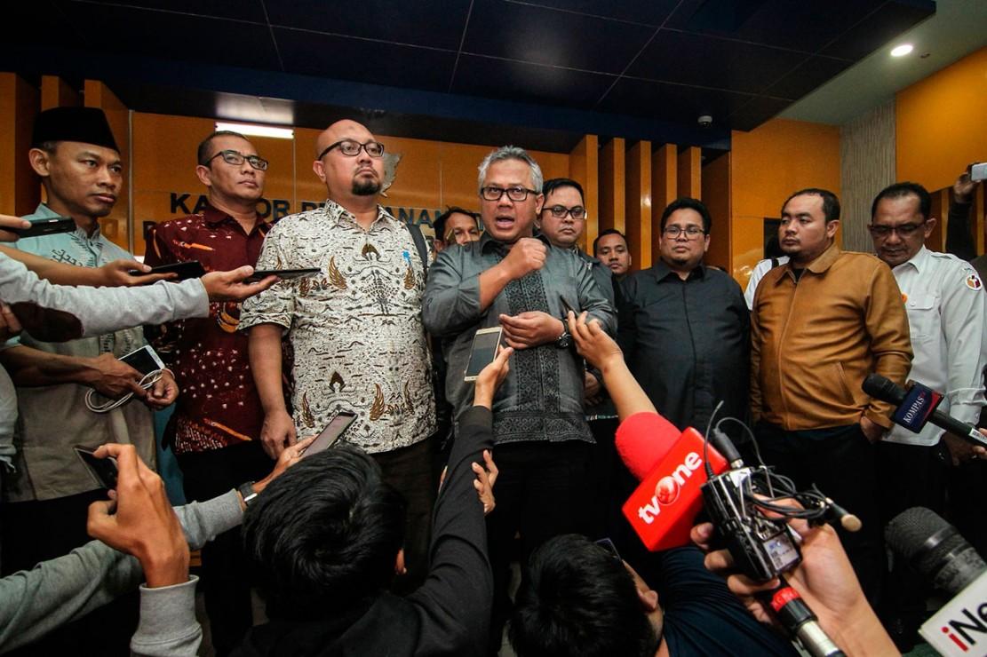Ketua KPU menegaskan kabar tersebut tidak benar dan akan memproses secara hukum pihak-pihak yang menyebarkan informasi tersebut.