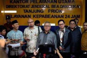 Arief menjelaskan bahwa surat suara sendiri hingga saat ini belum dicetak karena masih menjalani beberapa tahapan. Pihaknya meminta kepolisian melalui cyber crime menangkap penyebar berita bohong terkait penemuan tujuh kontainer surat suara yang sudah dicoblos untuk pasangan 01 di Tanjung Priok tersebut.