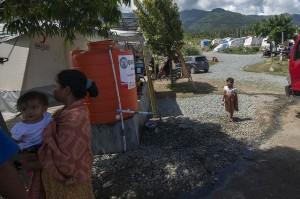 Sebagian besar pengungsi bencana gempa bumi, likuifaksi, dan tsunami di Palu masih ditampung di tenda-tenda pengungsian karena hunian sementara (huntara) yang dijadwalkan bisa ditempati akhir tahun lalu molor penyelesaiannya akibat kendala bahan baku.