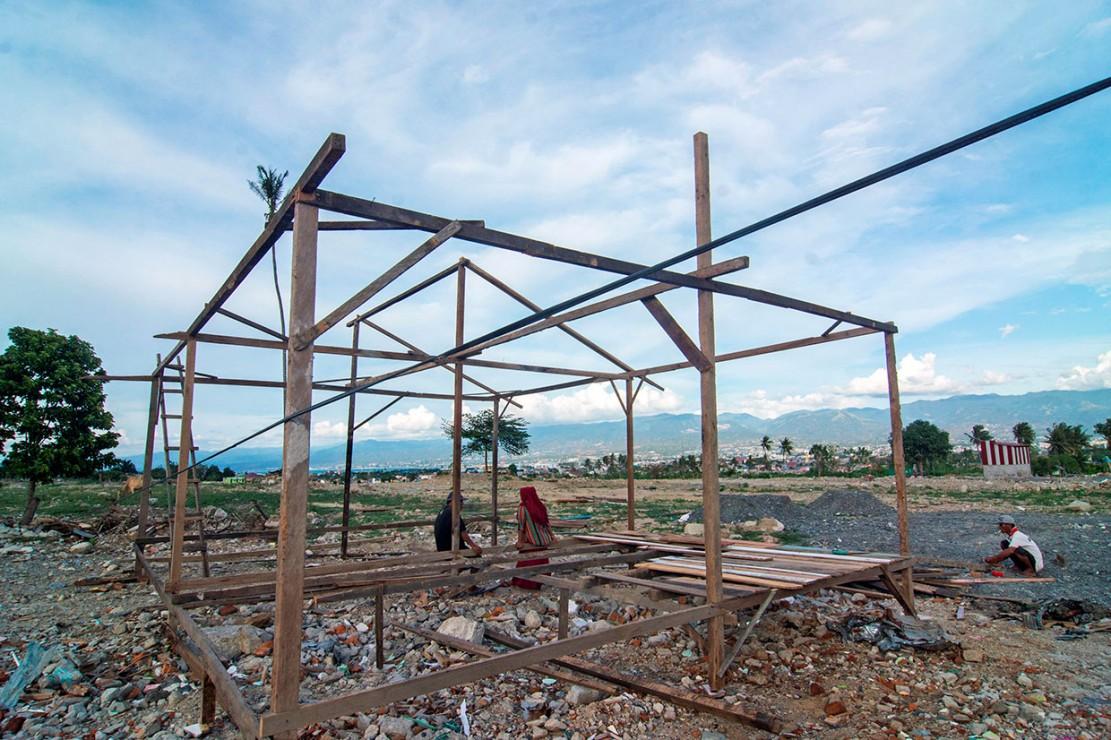 Meskipun pemerintah setempat melarang membangun kembali di area bekas likuifaksi karena berada di zona merah bencana, namun beberapa warga tetap melakukan pembangunan dengan alasan tidak memiliki lahan lain dan tidak kebagian hunian sementara.