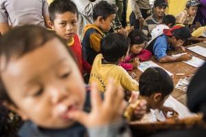 Anak-anak korban bencana tanah longsor mengikuti kegiatan menggambar bersama di posko bencana tanah longsor di kampung Cimapag, Desa Sirnaresmi, Kecamatan Cisolok, Kabupaten Sukabumi, Jawa Barat.