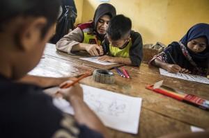 Pembimbing psikologi Polres Sukabumi mendampingi anak-anak korban bencana tanah longsor menggambar bersama di posko bencana tanah longsor di kampung Cimapag, Desa Sirnaresmi, Kecamatan Cisolok, Kabupaten Sukabumi.