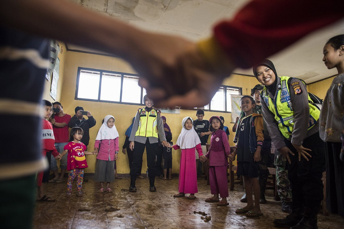 Sejumlah pembimbing psikologi Polres Sukabumi mengajak anak-anak korban bencana bermain dan bernyanyi di posko bencana tanah longsor di kampung Cimapag, Desa Sirnaresmi, Kecamatan Cisolok, Kabupaten Sukabumi.