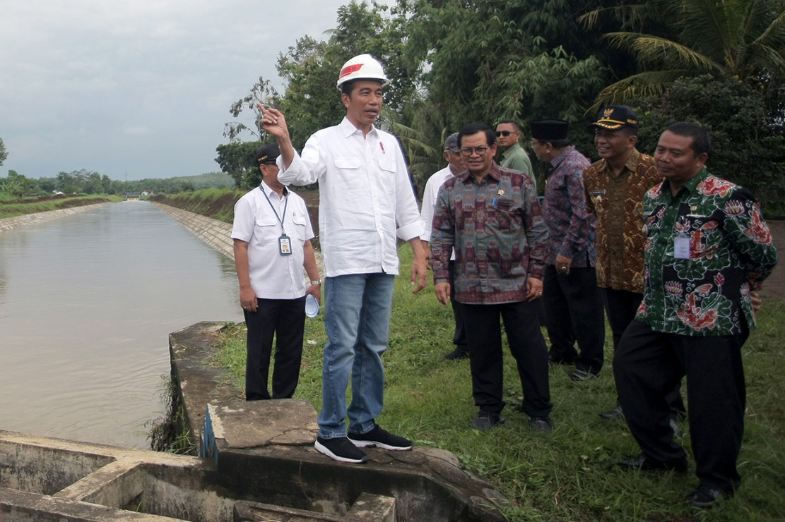 Presiden Joko Widodo meninjau salah satu lokasi rehabilitasi irigasi di Sungai Lodoyo saat berkunjung ke Blitar, Jawa Timur, Kamis, 3 Januari 2019.