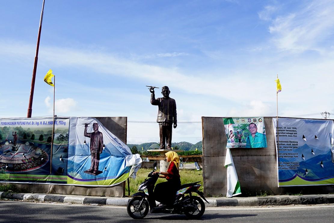 Patung Habibie yang mengenakan pakaian adat Gorontalo Takowa dan terbuat dari perunggu tersebut berada tepat di depan Bandara Djalaludin Gorontalo.