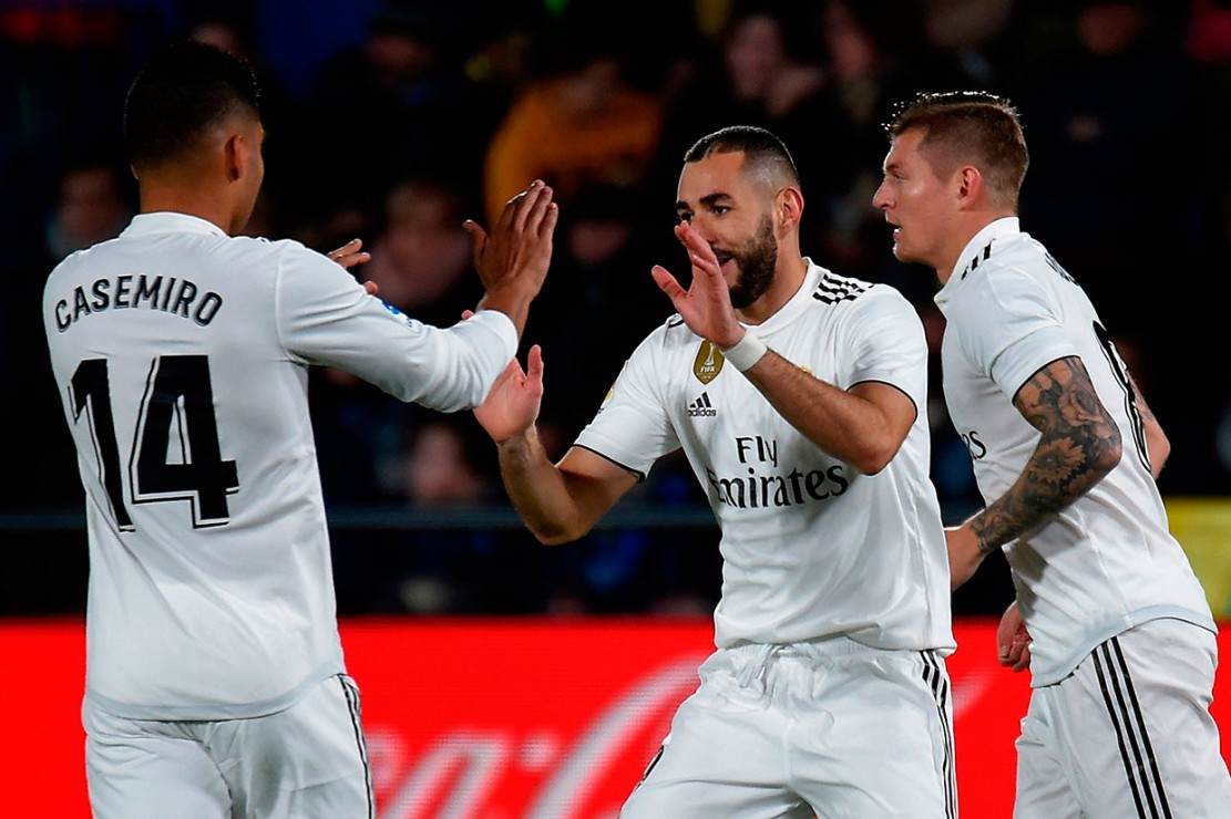Benzema merayakan golnya ke gawang Villarreal bersama rekan-rekan setimnya.