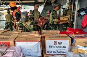 Pengiriman logistik dan bantuan pun mulai disiapkan oleh para prajurit TNI, Basarnas, serta dibantu para relawan.
