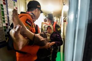 Malam itu juga, tim melakukan evakuasi satu persatu warga. Dengan bantuan tenaga dari para relawan, akhirnya 67 warga berhasil dibawa ke atas kapal dengan selamat menuju Lampung.