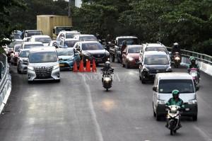 Kepala Suku Dinas Bina Marga Jakarta Pusat Suko Wibowo menyatakan bahwa flyover Kemayoran, yang terlihat retak dan renggang disebabkan karet penutup sambungan siar muai (expansion joint) hancur karena jalan selalu dilintasi kendaraan.