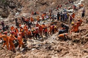 Sementara itu, petugas gabungan terus melakukan pencarian 15 orang korban tanah longsor di Cisolok yang belum ditemukan. Hingga Jumat pagi, bencana itu tercatat mengakibatkan 18 orang meninggal dunia, tiga orang luka berat, sementara 64 orang yang terdampak bencana sudah ditemukan dalam keadaan selamat.