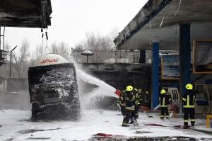 Petugas pemadam kebakaran menyemprotkan busa ke sebuah truk tanki yang turut terbakar di sebuah SPBU di Charahi Abdul Haq, Kabul, Jumat, 4 Januari 2019.