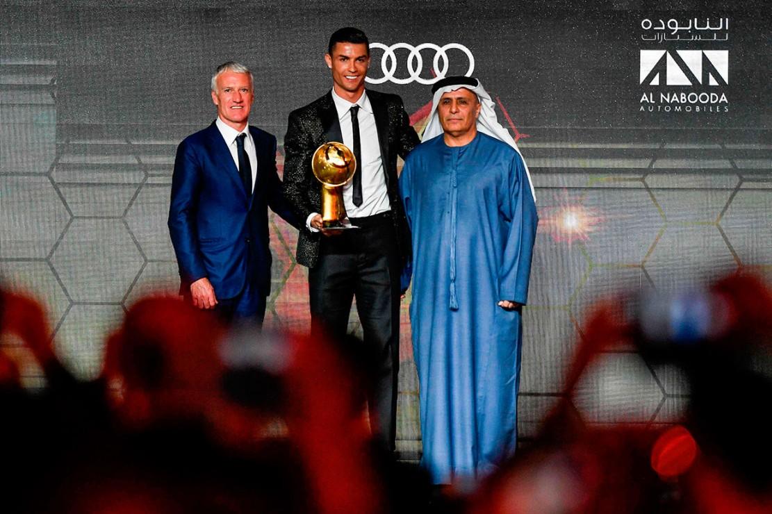 Cristiano Ronaldo menerima trofi Pemain Terbaik Dunia 2018 dalam Dubai Globe Soccer Awards yang dihelat di Dubai, Kamis, 3 Januari 2019 waktu setempat.