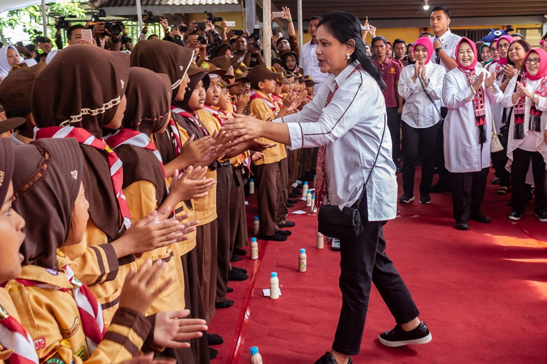 Ny Iriana kemudian menyapa puluhan siswa sekolah dasar (SD) dan panti asuhan. Mereka kemudian diajak bernyanyi dan minum susu bersama, seraya berpesan kepada mereka untuk rajin belajar dan berolahraga.