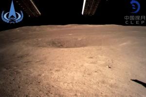 Kendaraan penyelidik Chang'e-4 mendarat dan mengirimkan foto dari daratan yang disebut 'sisi gelap' Bulan itu ke Satelit Queqiao yang kemudian meneruskan komunikasi itu ke ruang kendali di Bumi.