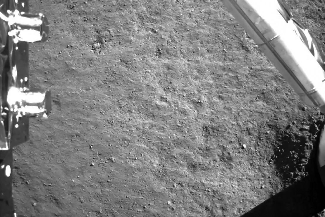 Berbeda dengan sisi dekat Bulan yang menampilkan banyak area datar untuk mendarat, sisi jauh Bulan memiliki banyak gunung dan lebih kasar. Bulan terikat saat melakukan rotasi sehingga sisi yang sama selalu menghadap ke Bumi.