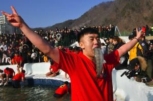 Selain menangkap ikan dengan cara memancing, dalam festival tersebut juga peserta diperbolehkan penangkap dengan tangan. Seorang peserta meluapkan kegembiraannya dengan menggigit ikan yang berhasil dia tangkap.