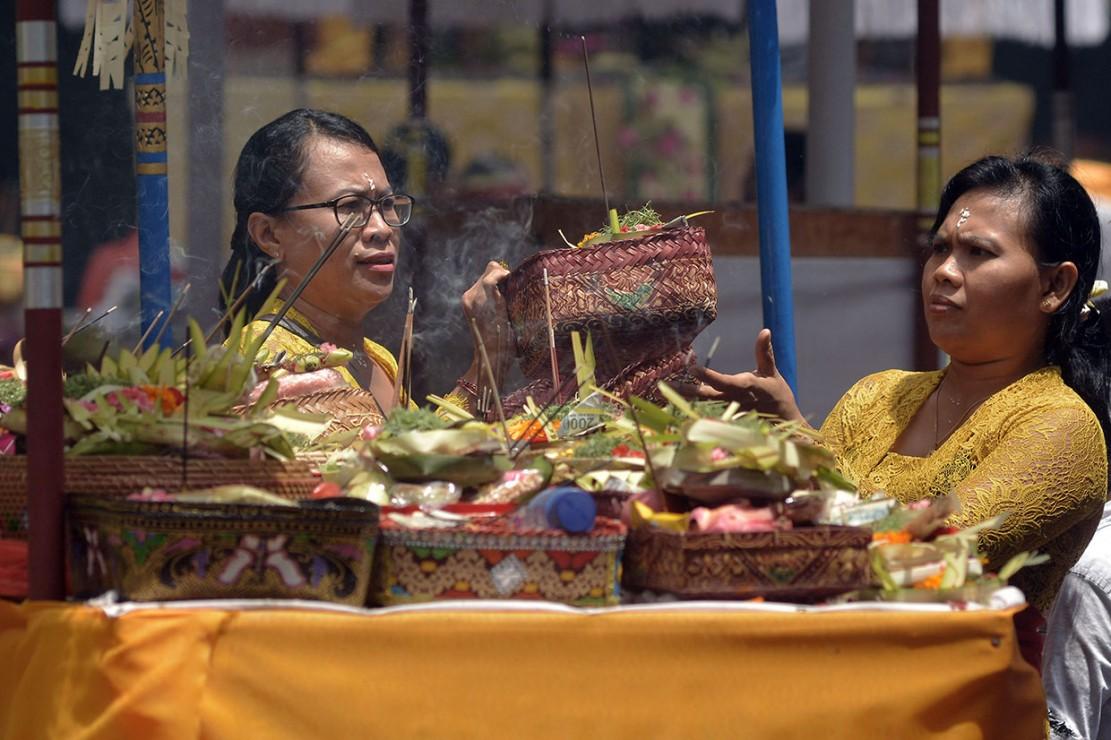 Hari Raya Kuningan merupakan rangkaian dari Hari Raya Galungan yang dilaksanakan dengan melakukan persembahyangan bersama di setiap pura.