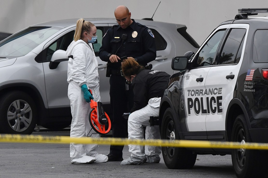 Dua pria dibawa ke rumah sakit, sementara dua lainnya memilih mencari perawatan medis mereka sendiri. Tiga orang ditemukan tewas di lokasi.