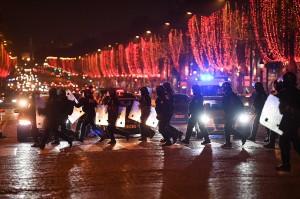 Massa berkumpul di Champs-Elysees, Paris. Sebanyak 15 mobil polisi berjaga di lokasi. Afp Photo/Eric Feferberg