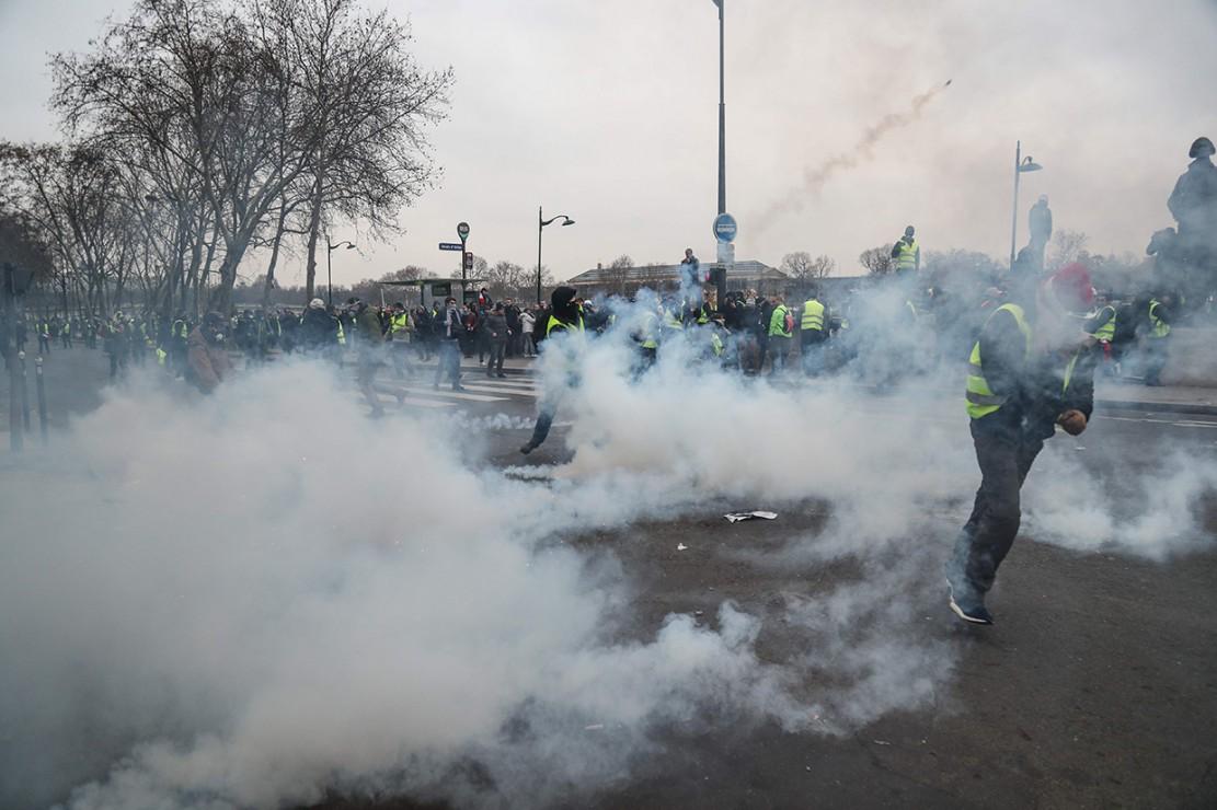 Terjadi pula baku hantam di dekat Sungai Seine. Beberapa demonstran membakar sampah-sampah dan menghancurkan material. Beberapa lainnya bahkan ada yang membakar sepeda motor yang melintas. Afp Photo/Zakaria Abdelkafi