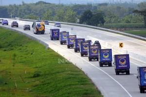 Sembako dibawa melalui jalan darat, tampak konvoi 38 truk NasDem saat melintas di Jalan Tol Surabaya-Ngawi menuju ke Lampung, dan Banten.