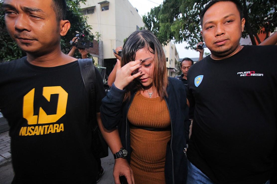 Selain Vanessa, Polda Jatim juga memeriksa artis berinisial AS dan menetapkan tersangka kepada dua orang yang berperan sebagai mucikari berinisial ES (37) dan TN (28) asal Jakarta dalam kasus tersebut.