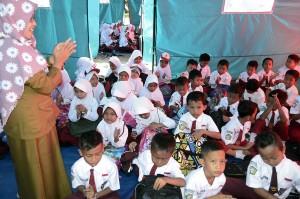 Gelombang tsunami yang terjadi pada 22 Desember 2018 menyebabkan bangunan SD tersebut rusak berat, sehingga proses belajar mengajar terpaksa dilakukan di tenda darurat.