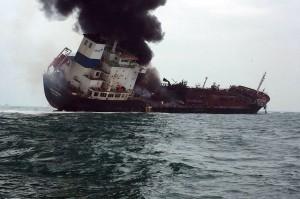 Asap hitam membubung tinggi ke udara setelah kebakaran melanda sebuah kapal tanker minyak di perairan selatan Pulau Lamma, Hong Kong, Selasa, 8 Januari 2019.