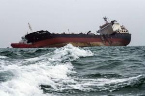 Upaya penyelamatan terus berlangsung karena masih ada beberapa kru yang berada di kapal tanker tersebut.