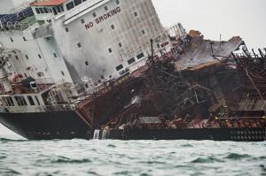Sedikitnya satu orang tewas sementara 21 lainnya berhasil diselamatkan dalam kebakaran kapal tanker minyak tersebut.