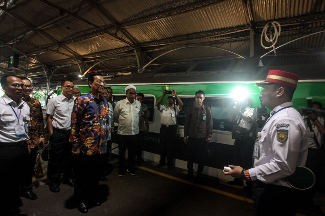 Gubernur Daerah Istimewa Yogyakarta Sri Sultan HB X melakukan peninjauan fasilitas Stasiun Tugu di Yogyakarta.