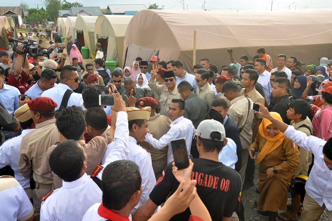 Calon Presiden nomor urut 02, Prabowo Subianto (tengah) saat mengunjungi pengungsi korban bencana gempa, tsunami dan likuifaksi pada lokasi pengungsian di Kabupaten Sigi, Sulawesi Tengah.